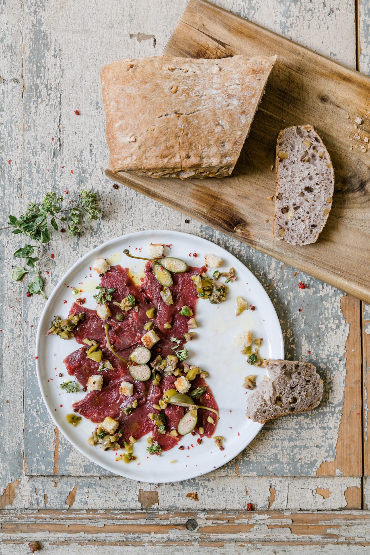 Carpaccio vom Neuseelandhirsch mit Kapern und Oliven