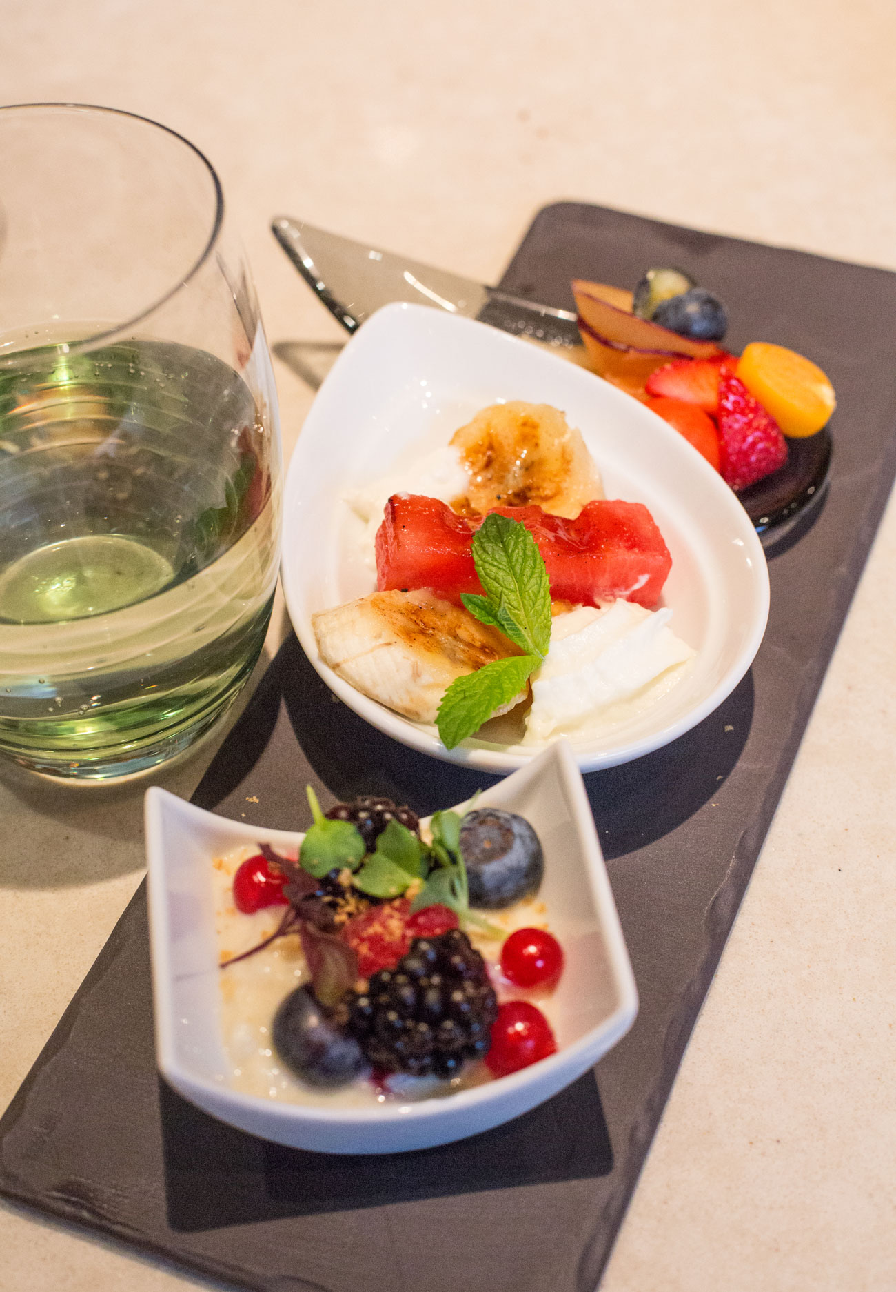 Das Dessert: Salat von exotischen Früchten, gegrillte Wassermelone, Banane und Ananas mit Kokosmilch und Milchreis von Soja, Waldbeeren und Tonkabohnen
