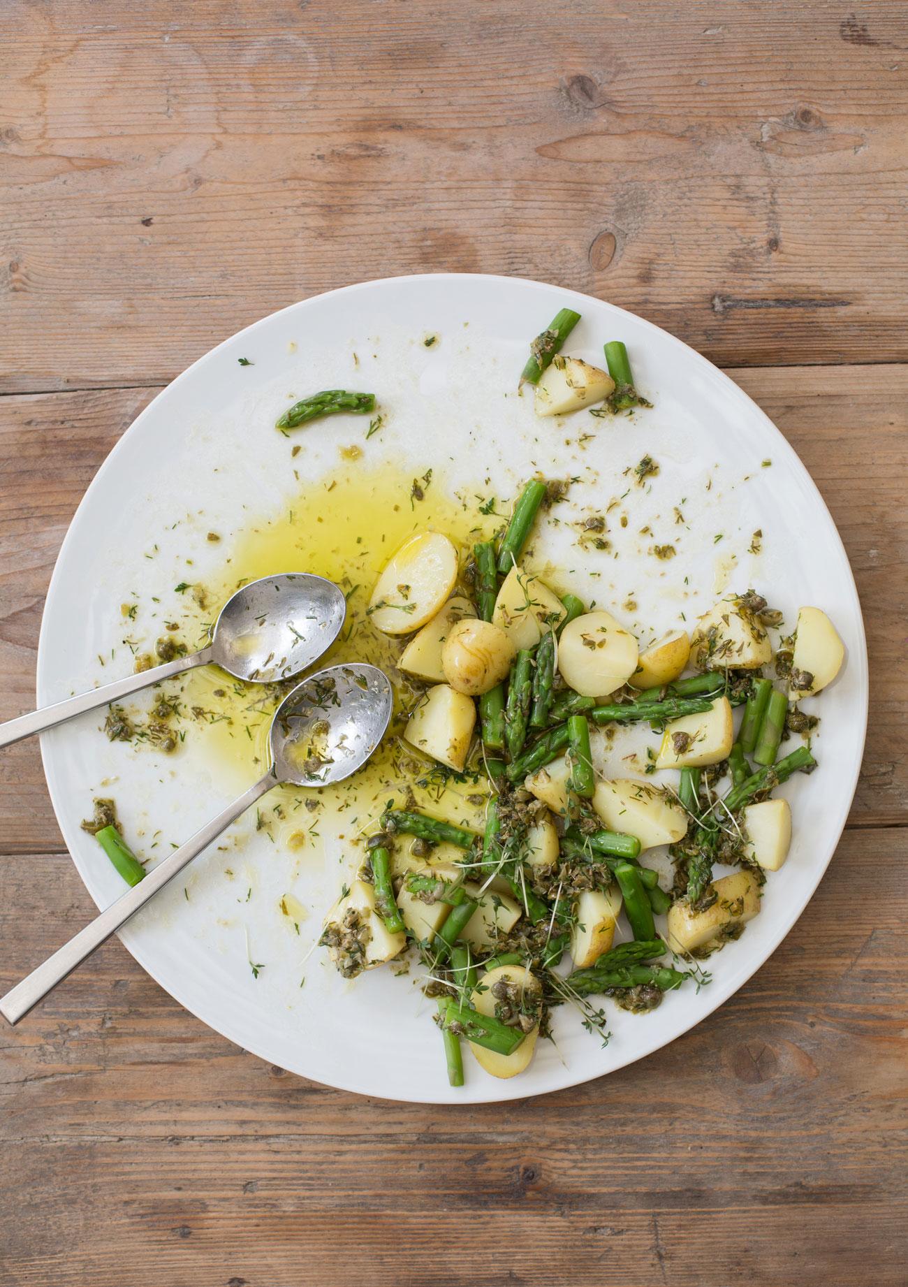 gruener-spargel-und-kartoffeln-held-am-herd