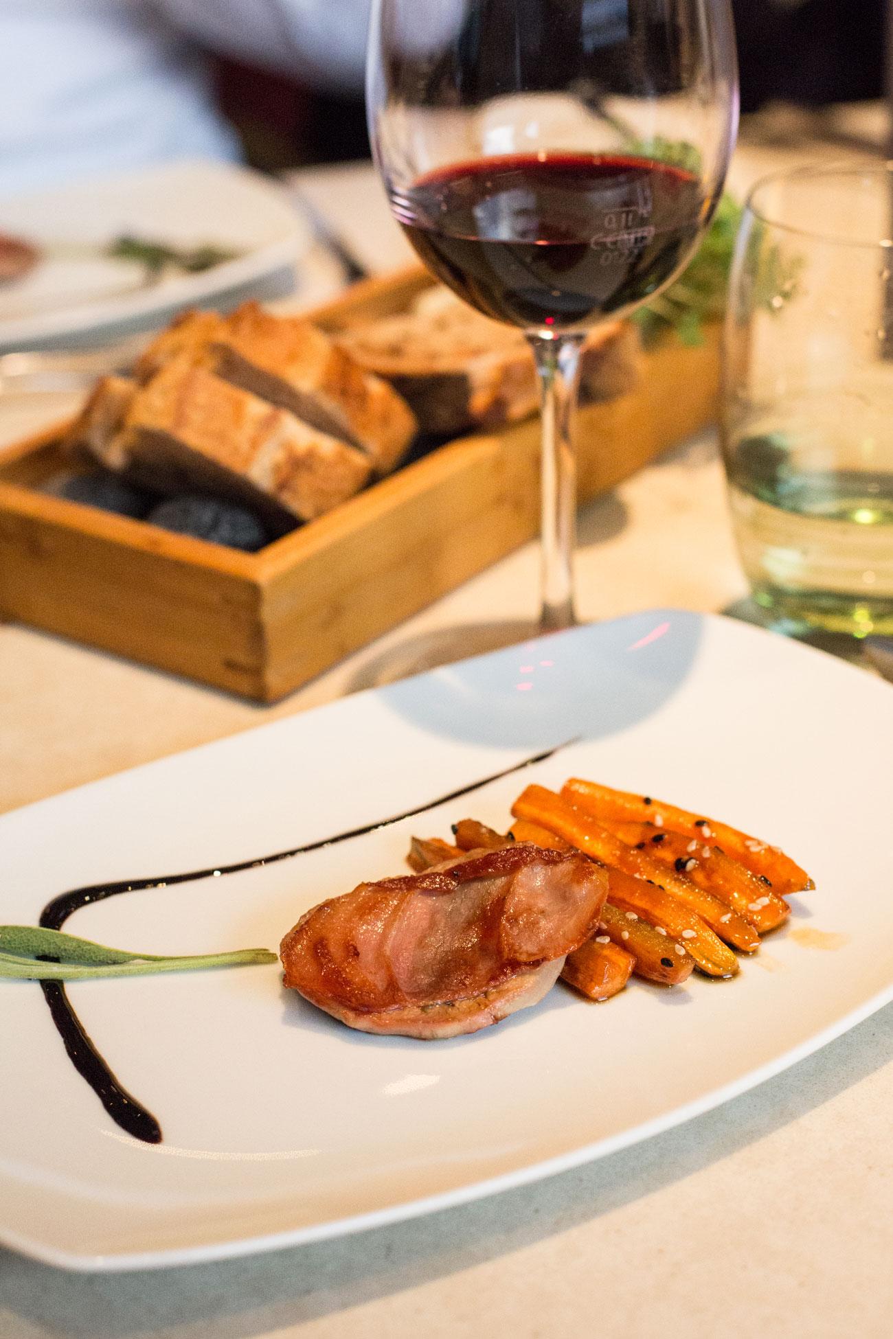 6. Gang: Kalbschnitzel mit Salbei & luftgetrocknetem Schinken, gegrillten Karotten mit Ahornsirup & Sesam, Balsamicoreduktion