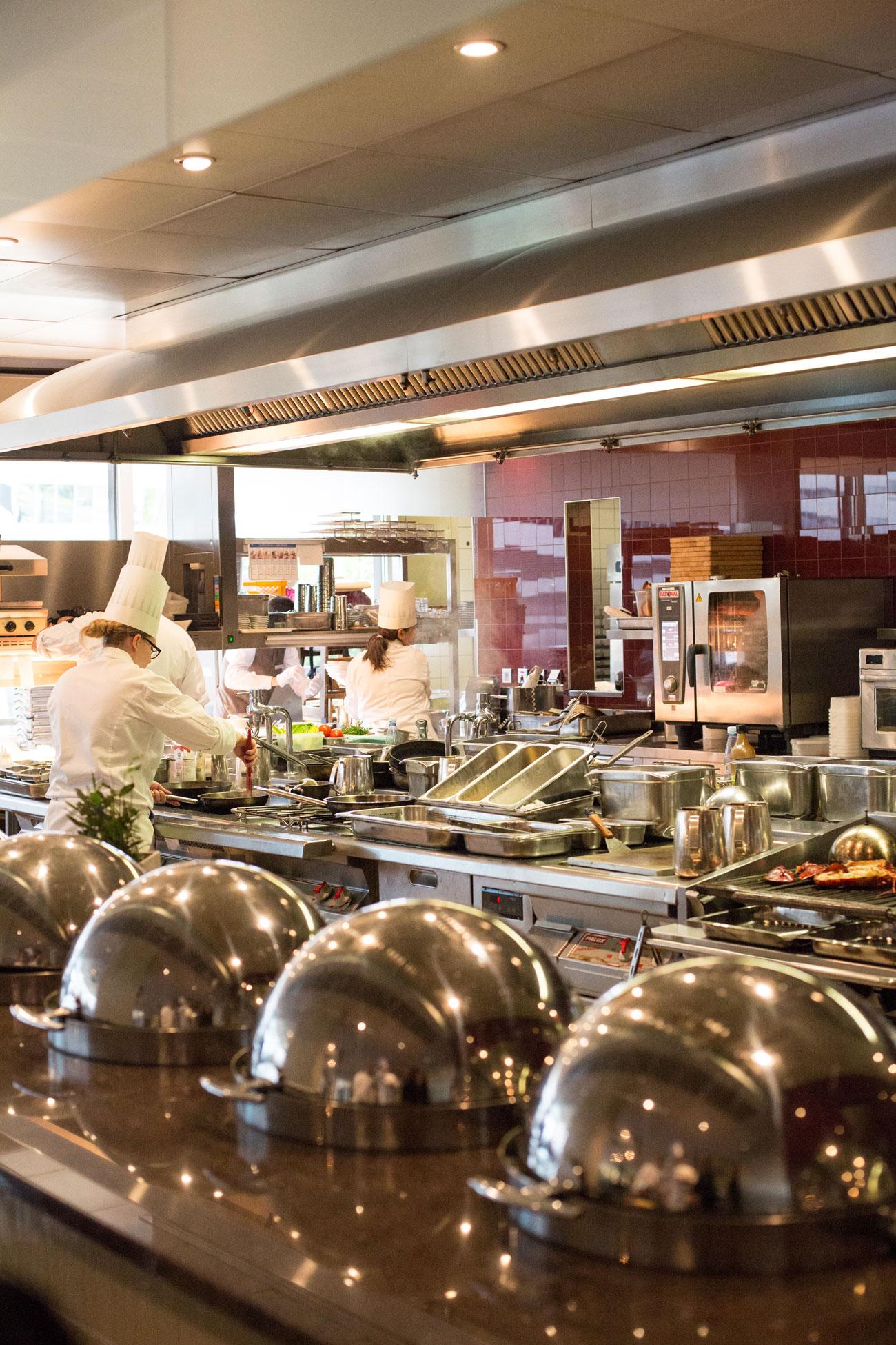 Die offene Küche im Restaurant